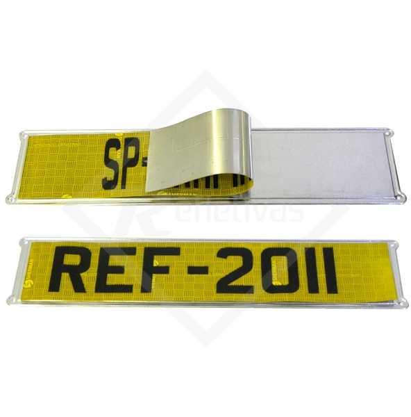 Placa em alumínio de qualidade, fabricada através de estamparia com local certo para ser adesivado a faixa ouro refletiva.
